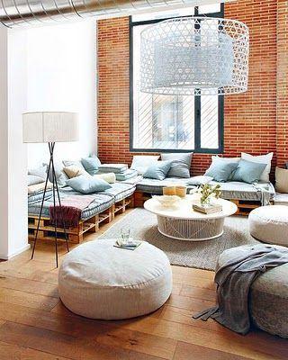 As luminárias de chão são ótimas para serem instaladas próximas a sofás e poltronas, criam um ponto de luz para leitura, por exemplo. Pinterest