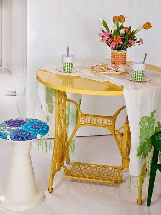 Sabe aquela máquina de costura do tempo da vovó? Você pode transformá-la em uma linda mesinha para tomar o café da manhã. Pinterest