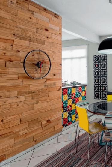 Relógio criado a partir de uma roda de bicicleta pelo publicitário Eduardo Mendes, do blog que virou loja, Homens da Casa.